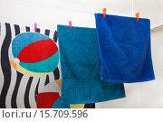 Три полотенца сушатся на веревке. Стоковое фото, фотограф Левончук Юрий / Фотобанк Лори