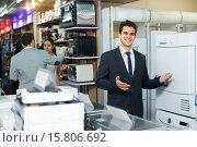 Купить «Consultant at household appliances section», фото № 15806692, снято 19 апреля 2019 г. (c) Яков Филимонов / Фотобанк Лори