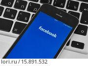 Купить «IPhone 5s с мобильным приложением для Facebook», фото № 15891532, снято 19 ноября 2015 г. (c) Вдовиченко Денис / Фотобанк Лори