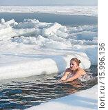 Купить «Моржевание. Молодая женщина плавает в ледяной проруби», фото № 15996136, снято 3 февраля 2013 г. (c) Георгий Хрущев / Фотобанк Лори