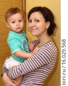 Купить «Молодая мама с маленьким ребенком», фото № 16029568, снято 8 ноября 2015 г. (c) Виктор Топорков / Фотобанк Лори