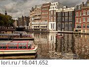Купить «Sightseeing boats along the Amstel River in Amsterdam.», фото № 16041652, снято 9 октября 2005 г. (c) age Fotostock / Фотобанк Лори