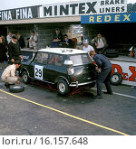 John Whitmore. Bill Blydenstein's Mini Cooper finished 9th overall and 3rd in class in 'Motor' Six Hours race at Brands Hatch, England 6th October 1962. Стоковое фото, фотограф GP Library \ UIG / age Fotostock / Фотобанк Лори