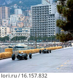 Graham Hill leads Jackie Stewart, both in BRM P261s, at the Monaco Grand Prix, 30 May 1965. Стоковое фото, фотограф GP Library \ UIG / age Fotostock / Фотобанк Лори