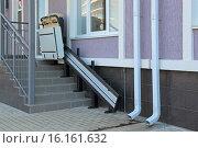 Купить «Подъемная платформа для инвалидных колясок при входе в магазин. Сочи, Россия.», фото № 16161632, снято 29 июля 2015 г. (c) Игорь Долгов / Фотобанк Лори