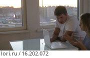 Businesspeople Working with Laptop, видеоролик № 16202072, снято 17 октября 2015 г. (c) Данил Руденко / Фотобанк Лори