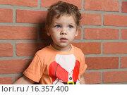 Мальчик у стены. Стоковое фото, фотограф Алексей Чубов / Фотобанк Лори