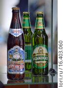 """Бутылка с пивом """"Хадыженское"""" на стеклянной витрине (2015 год). Редакционное фото, фотограф Александр Замараев / Фотобанк Лори"""