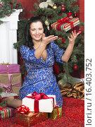 Девушка с новогодними подарками. Стоковое фото, фотограф Светлана Микитанская / Фотобанк Лори