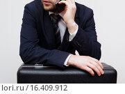 Купить «Предприниматель ведет переговоры о крупной сделке», фото № 16409912, снято 15 декабря 2015 г. (c) Виктор Колдунов / Фотобанк Лори