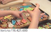Купить «Дети складывают печенье на противень», видеоролик № 16421600, снято 13 декабря 2015 г. (c) Алексндр Сидоренко / Фотобанк Лори