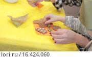 Купить «Украшение имбирного печенья разноцветной глазурью», видеоролик № 16424060, снято 14 декабря 2015 г. (c) Алексндр Сидоренко / Фотобанк Лори