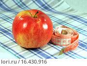Купить «Здоровое питание. Одно красное яблоко и сантиметр», эксклюзивное фото № 16430916, снято 2 января 2014 г. (c) lana1501 / Фотобанк Лори