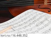 Купить «Музыкальные ноты и скрипка», фото № 16448352, снято 13 апреля 2015 г. (c) Сергей Лабутин / Фотобанк Лори