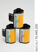 Купить «Профессиональные цветные фотоплёнки Kodak T Max 100 и 400», фото № 16449260, снято 18 декабря 2015 г. (c) Андрей Забродин / Фотобанк Лори