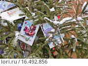 Купить «Елка, украшенная гирляндой из старых открыток. Новогодняя ГУМ-ярмарка на Красной площади в Москве», эксклюзивное фото № 16492856, снято 17 декабря 2015 г. (c) Илюхина Наталья / Фотобанк Лори
