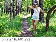 Купить «Красивая женщина в шортах на тропинке в березовой роще», фото № 16601292, снято 17 июня 2015 г. (c) Землянникова Вероника / Фотобанк Лори