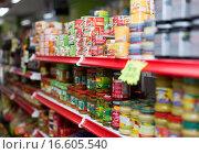 Canned goods at groceries section of average Polish supermarket (2015 год). Редакционное фото, фотограф Яков Филимонов / Фотобанк Лори