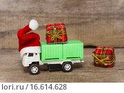 Купить «Машинка в красном колпаке. Праздничные скидки», фото № 16614628, снято 19 декабря 2015 г. (c) Наталья Осипова / Фотобанк Лори