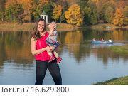 Купить «Маленькая девочка с матерью в осеннем парке», фото № 16629800, снято 24 сентября 2015 г. (c) Анастасия Улитко / Фотобанк Лори