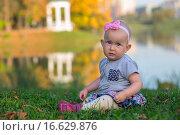 Купить «Маленькая девочка в осеннем парке», фото № 16629876, снято 24 сентября 2015 г. (c) Анастасия Улитко / Фотобанк Лори
