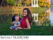 Купить «Маленькая девочка с матерью в осеннем парке», фото № 16630540, снято 24 сентября 2015 г. (c) Анастасия Улитко / Фотобанк Лори