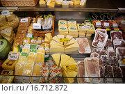 Витрина с сыром (2015 год). Редакционное фото, фотограф Simanskiy Denis / Фотобанк Лори