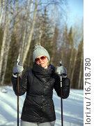 Счастливая женщина на лыжах в зимнем лесу. Стоковое фото, фотограф Евгений Ткачёв / Фотобанк Лори