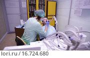 Купить «Стоматолог лечит зубы подростка», видеоролик № 16724680, снято 4 декабря 2015 г. (c) Валентин Беспалов / Фотобанк Лори