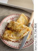 Блины и нож на тарелке. Стоковое фото, фотограф Анна Курзаева / Фотобанк Лори