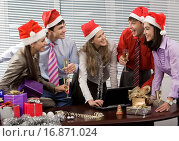 Купить «Photo of laughing co_workers interacting during corporate party in office», фото № 16871024, снято 18 февраля 2019 г. (c) easy Fotostock / Фотобанк Лори