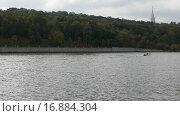 Купить «Катер на Москва-реке», видеоролик № 16884304, снято 18 июля 2019 г. (c) Павел Котельников / Фотобанк Лори