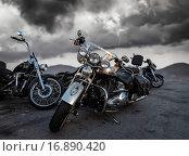 Мотоциклы Harley Davidson на фоне облачного неба (2015 год). Редакционное фото, фотограф Alika Obrazovskaya / Фотобанк Лори