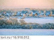 Купить «Зимний сельский пейзаж на закате под снегопадом», фото № 16918012, снято 19 июня 2019 г. (c) Зезелина Марина / Фотобанк Лори