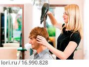 Купить «Mann beim Friseur», фото № 16990828, снято 19 января 2020 г. (c) easy Fotostock / Фотобанк Лори