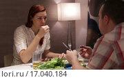 Купить «Мужчина и женщина общаются за обедом», видеоролик № 17040184, снято 3 декабря 2015 г. (c) Валентин Беспалов / Фотобанк Лори