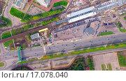 Вертикальный вид на строящуюся станцию метро Технопарк и на проспект Андропова. Съемка с квадрокоптера. (2015 год). Стоковое видео, видеограф Сергей Полетаев / Фотобанк Лори