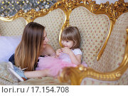 Девушка с ребенком на роскошном диване. Стоковое фото, фотограф Tanya Ischenko / Фотобанк Лори