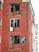 Балконные двери старого заброшенного жилого дома в стиле конструктивизма для рабочих Электрозавода (2015 год). Стоковое фото, фотограф Алёшина Оксана / Фотобанк Лори