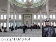 """Купить «Внутри мечети """"Шейх Муслихиддин"""" в Панчшанбе города Худжанд во время дневной молитвы, Республика Таджикистан», фото № 17613404, снято 22 марта 2015 г. (c) Николай Винокуров / Фотобанк Лори"""