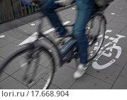 Купить «Commuters on cycle lane», фото № 17668904, снято 4 июля 2020 г. (c) easy Fotostock / Фотобанк Лори