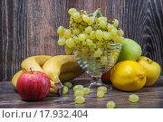 Купить «Ассорти из фруктов», фото № 17932404, снято 25 сентября 2015 г. (c) Алёшина Оксана / Фотобанк Лори