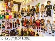 Традиционные куклы из дерева. Магазин в Праге (2015 год). Редакционное фото, фотограф Dmitrii Shafranskii / Фотобанк Лори