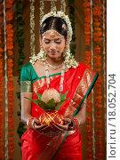 Купить «Beautiful young bride holding kalash», фото № 18052704, снято 19 ноября 2017 г. (c) easy Fotostock / Фотобанк Лори