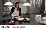 Купить «Женщина готовит рыбу», видеоролик № 18055268, снято 22 декабря 2015 г. (c) Валентин Беспалов / Фотобанк Лори