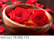 Купить «roses in wooden bowl», фото № 18065172, снято 20 февраля 2019 г. (c) easy Fotostock / Фотобанк Лори