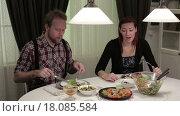 Купить «Мужчина и женщина обедают дома», видеоролик № 18085584, снято 22 декабря 2015 г. (c) Валентин Беспалов / Фотобанк Лори