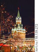 Купить «Спасская башня Московского Кремля и разноцветные новогодние игрушки в Москве вечером», эксклюзивное фото № 18139272, снято 27 декабря 2015 г. (c) lana1501 / Фотобанк Лори