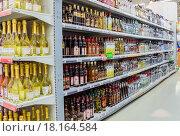 Купить «Продажа алкоголя в сетевом гипермаркете», фото № 18164584, снято 14 ноября 2015 г. (c) FotograFF / Фотобанк Лори