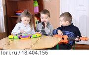 Купить «Дети играют на музыкальных инструментах и поют», видеоролик № 18404156, снято 25 декабря 2015 г. (c) Kozub Vasyl / Фотобанк Лори